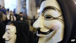 ພວກປະທ້ວງທີ່ໃສ່ໜ້າກາກ ຊຶ່ງເປັນສັນຍາລັກຂອງກຸ່ມ Anonymous ທີ່ທຳການໂຈມຕີທາງອິນເຕີແນັດ