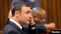 Oscar Pistorius saat menghadiri sidang pengadilan di Pretoria 11/9 lalu (foto: dok).