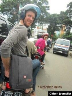 Chris Crow hobi naik ojek demi hindari kemacetan Jakarta (foto/dok: Chris Crow)