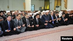 Một bức ảnh được gởi từ trang Twitter chính thức của ông Assad cho thấy ông ngồi hàng đầu (thứ tư từ trái sang) tại ngôi đền al-Numan bin Bashir để kỷ niệm lễ Eid al-Adha.
