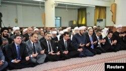 敘利亞總統巴沙爾-阿薩德(左四)參加穆斯林節日禱告