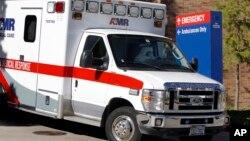 Una ambulancia traslada a la enfermera Amber Vinson al aeropuerto para de ahí volar al hospital de la Universidad Emory en Atlanta.