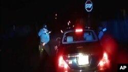지난달 30일 미국 뉴저지 주에서 30대 흑인 남성이 교통경찰관의 단속에 적발된 후 차 안에 가만히 있으라는 경찰의 요구를 어기고 차 밖으로 나오다가 총격을 받은 것으로 확인됐다. 사진은 경찰이 공개한 동영상 장면.