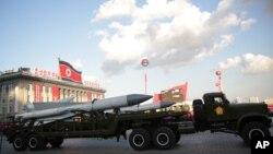 平壤阅兵式展示的导弹。(2015年10月10日)