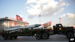 Misiles son exhibidos durante un desfile en Pyongyang, Corea del Norte, el 10 de octubre de 2015, en el 70 aniversario de la creación del partido gobernante.