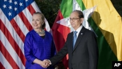 U.S. Secretary of State Hillary Rodham Clinton, left, and Burma President Thein Sein shake hands before a meetingin Siem Reap, Cambodia, July 13, 2012.