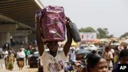 Scène de vie quotidienne à Accra, capitale du Ghana, 6 décembre 2016.