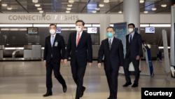中国驻美国大使秦刚(左 二)抵达美国履新(来自秦刚的推特账号)