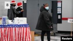 Prevremeno glasanje u Atlanti, u Džordžiji, za dva mesta u Senatu, 14. decembar 2020. (Foto: Reuters/Elijah Nouvelage)