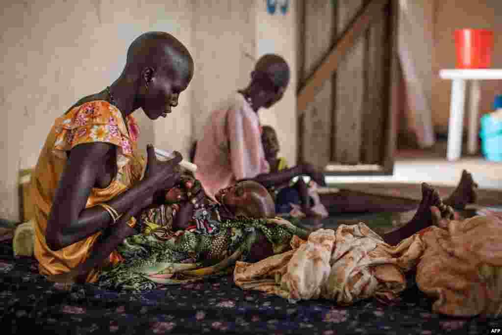Trẻ em suy dinh dưỡng được điều trị tại Bệnh viện Leer, Nam Sudan. Hàng trăm ngàn người đột ngột hết nhận được sự chăm sóc y tế mang tính sống còn sau khi Bệnh viện Leer, do tổ chức Medecins Sans Frontieres (Bác sĩ không Biên giới), bị lục lọi và phá hủy trong những ngày cuối cùng của tháng Giêng và đầu tháng Hai.