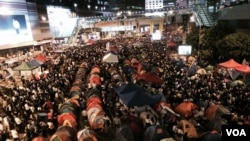 數以萬計集會人士在金鐘佔領區收看直播學聯與港府對話。(美國之音湯惠芸攝)