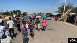La situation est revenue à la normale à Harare, au Zimbabwe, pour la plupart des commerçants informels, malgré un blocage appelé par le gouvernement le mois dernier pour contenir la propagation du coronavirus, le 15 mai 2020. (Columbus Mavhunga / VOA)