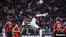 Paul Pogba de la Juventus ( C ) frappe le ballon lors de leur match contre l'AC Milan à Turin le 21 Avril 2013.