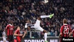 Para pemain klub AC Milan saat bertanding melawan Juventus di stadion Turin (foto: dok).