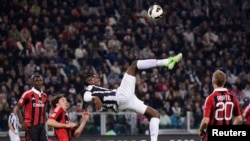Juventus' Paul Pogba (C) kicks the ball during their match against AC Milan in their Serie A soccer match at Juventus stadium in Turin April 21, 2013.