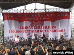 """Grup musik rock 'Slank' ikut memeriahkan """"Gerakan Rehabilitasi 100 Pengguna Narkoba"""" di Jakarta, 31 Januari 2015 (Foto: VOA/Andylala)"""