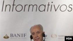 El presidente de Israel, Shimon Peres, ajustando sus auriculares durante el desayuno de trabajo donde habló de Venezuela e Irán.