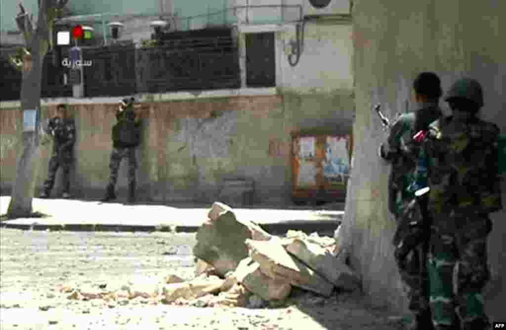 Havaskor videodan olingan tasvir, poytaxt Damashqning al-Midan tumanida hukumat kuchlari pozitsiyalarini egallamoqda, 18-iyul, 2012-yil.