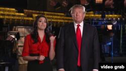 Donald Trump saat tampil di acara komedi Saturday Night Live (SNL) November tahun lalu bersama aktris/komedian Cecily Strong.