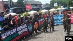Sejumlah anggota berbagai ormas berdemo menuntut anggota Kopassus dibebaskan dalam sidang di Pengadilan Militer II-11 Yogyakarta (VOA/Nurhadi)