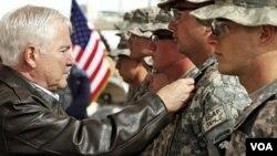 El secretario de Defensa, Robert Gates, condecora a soldados el mes pasado en Afganistán.
