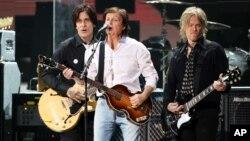 Paul McCartney dalam konser amal untuk korban badai Sandy, Desember 2012. (Foto: dok)