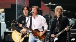 Paul McCartney durante el concierto 12-12-12 en Nueva York, que logró recaudar 30 milllones de dólares solo en venta de boletos.