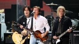 Ca sĩ Paul McCartney (giữa)