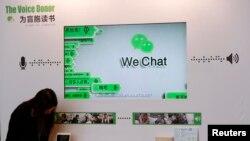 香港的新闻发布会上,展示微信的为盲人读书的功能(2015年3月18日)