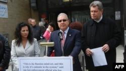 Нью-йорские законодатели Диана Савино, Стивен Симбровиц, Алек Брук-Красный