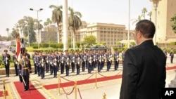 منتخب صدر محمد مرسی فوجی دستے سے سلامی لیتے ہوئے