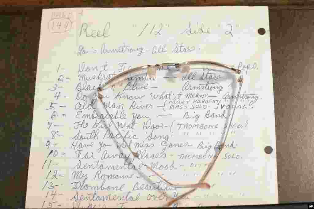 Una partitura y un par de anteojos que pertenecieron al trompetista Armstrong son algunas de las piezas que se exhiben en el museo en su honor.
