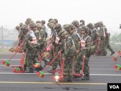 清掃麻道高速公路等待戰機訓練起降(美國之音申華拍攝)