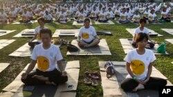 Warga Malaysia ikut melakukan yoga dalam Festival Hari Yoga Sedunia di Kuala Lumpur, Malaysia (21/6). (AP/Joshua Paul)