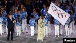 21일 브라질 리우데자네이루에서 열린 하계올림픽 폐막식에서 다음 개최지인 일본 도쿄의 코이케 유리코 주지사가 올림픽기를 흔들고 있다.