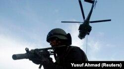 Seorang tentara pasukan khusus mengambil posisi dalam latihan anti-teror di Makassar, Sulawesi Selatan, 10 Desember 2009. (Foto: REUTERS/Yusuf Ahmad)