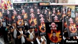 活动人士手举自焚藏人的相片在台北举行支持藏人的游行集会(2013年3月10日)