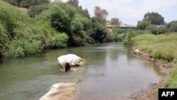 Sông Jordan từng có thời là một con sông rất lớn và là nơi mà người công giáo tin là Chúa Giê-su đã được rửa tội