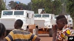 Des Casques bleus patrouillent en auto blindées à Bangui