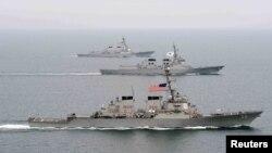 지난 3월 한반도 서해에서 미군과 한국 해군이 합동 훈련을 벌이고 있다.