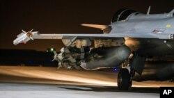프랑스 국방부가 17일 공개한 사진. 라팔 전투기가 시리아 내 ISIL 공습 임무를 수행하기 위해 출격 대기 중이다.