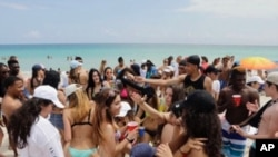 Spring breakers gather in South Beach, Monday, March 14, 2016, at Miami Beach, Fla. College students relax and have fun during their Spring Break. (AP Photo/Alan Diaz)
