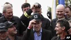 英國威廉王子與基督城緊急救援人員會面並且合照