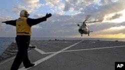 Francuski mornarički helikopter sleće na palubu amfibijskog zapovjednog broda američke Šeste flote USS Mount Whitney u okviru akcija nad Libijom u ožujku ove godine