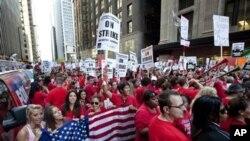 成千上萬名芝加哥公立學校教師星期一在芝加哥公立學校地區總部外舉行集會