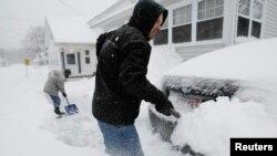 Trận bão tuyết khiến vùng đông bắc nước Mỹ gần như tê liệt vì tuyết dày.