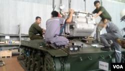 Para karyawan PT Pindad sedang menyelesaikan produksi kendaraan tempur pesanan TNI AD. (VOA/R. Teja Wulan)