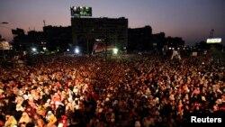 Pendukung Presiden terguling Mesir, Mohamed Morsi, berunjuk rasa di luar gedung militer tempatnya ditahan di Kairo, Minggu (7/7).