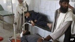 8일 아프가니스탄 남부에서 발생한 폭탄테러 부상자와 가족들.