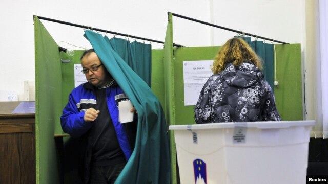 Cử tri đi bỏ phiếu trong cuộc bầu cử tổng thống vòng hai tại Planina, ngày 2/12/2012.